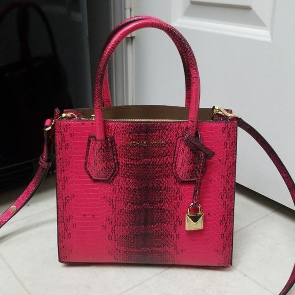 e6e994fada23 Like New MICHAEL KORS leather crossbody red mercer.  M_5b0f51bfc9fcdf853558ac35